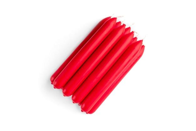 Czerwona świeca na białym tle.