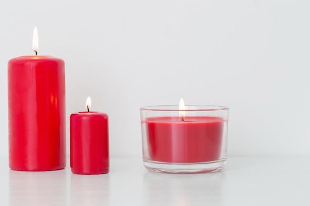 Czerwona świeczka na białym tle