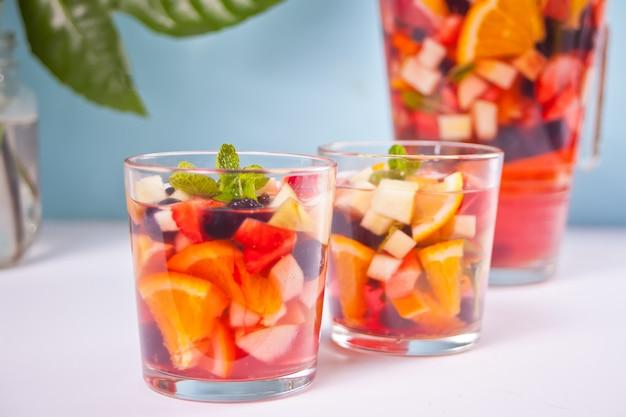 Czerwona świeża sangria z owocami i jagodami