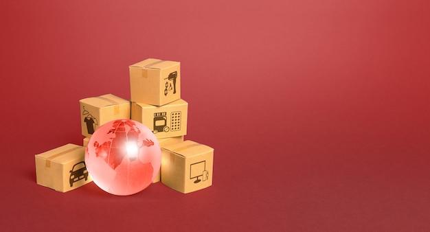 Czerwona szklana kula ziemska i pudełka kartonowe. dostawa towaru, wysyłka.