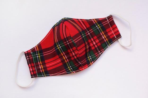 Czerwona szkocka krata sukienna ochronna maska, odosobniona