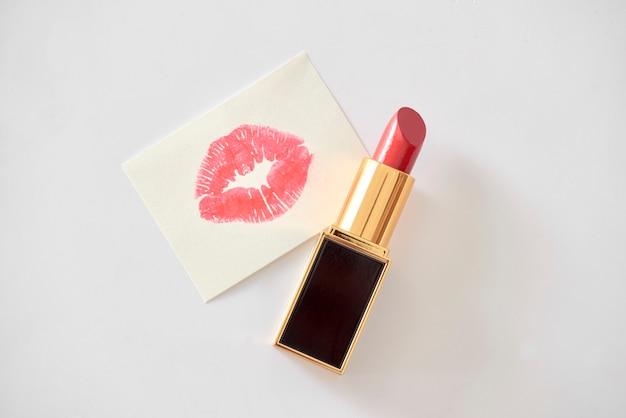 Czerwona szminka matowa na białym tle
