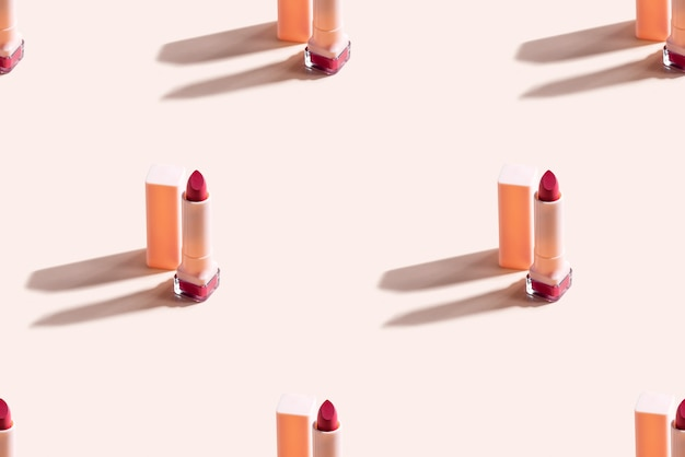 Czerwona szminka na beżowej ścianie. wzór.