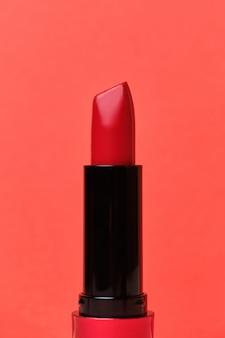 Czerwona szminka na czerwono.
