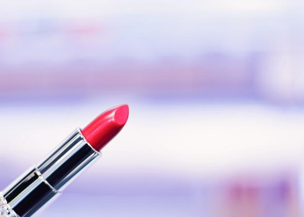 Czerwona szminka, produkt do makijażu i luksusowa marka kosmetyczna