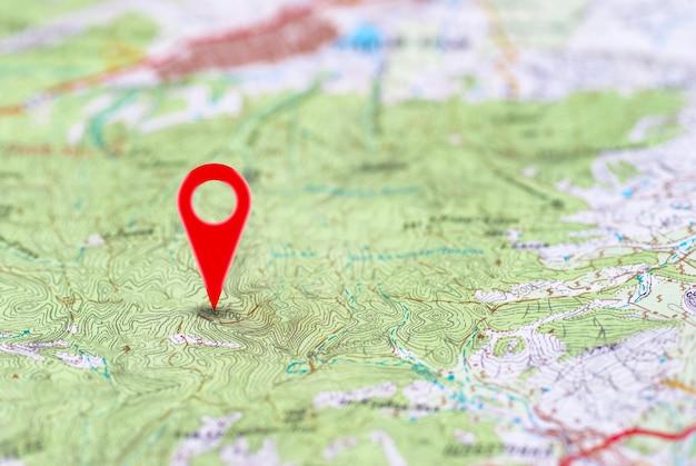Czerwona szpilka, punkt na abstrakcyjnej mapie noname. koncepcja podróży w tle