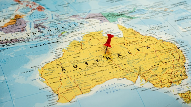 Czerwona szpilka umieszczona selektywnie na mapie australii. - koncepcja gospodarcza i rządowa.