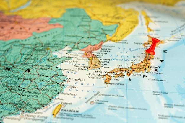 Czerwona szpilka umieszczona selektywnie na mapie japonii. koncepcja gospodarcza i rządowa.