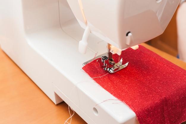 Czerwona tkanina na maszynie do szycia