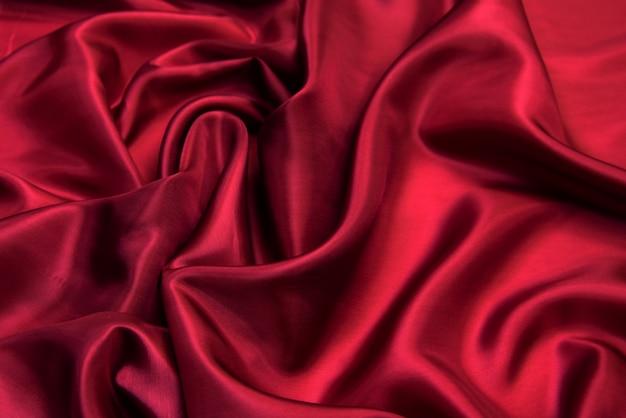 Czerwona tkanina wiskozowa.