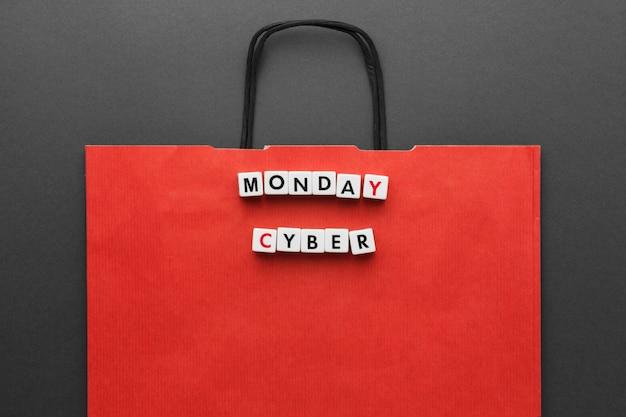 Czerwona torba na zakupy i cyber poniedziałek napisane literami scrabble