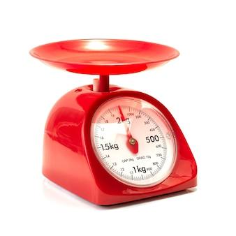 Czerwona waga kuchenna na białym tle