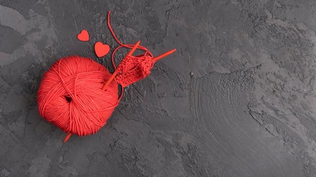 Czerwona wełniana piłka z kopii przestrzenią