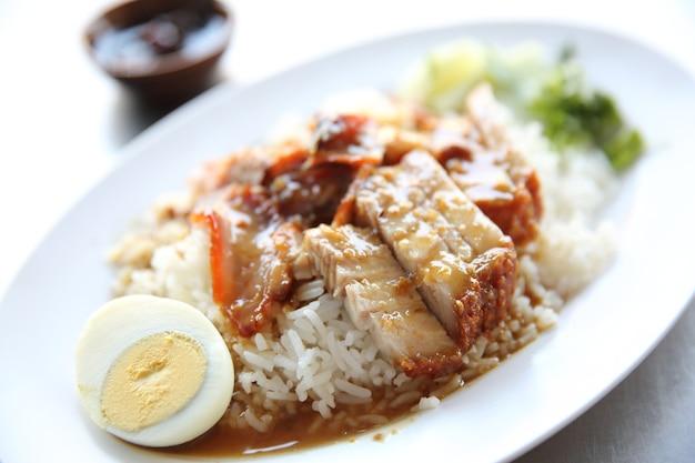 Czerwona wieprzowina pieczona ryżem