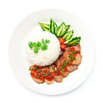 Czerwona wieprzowina w słodkim sosie na górnym sezamie z ryżem