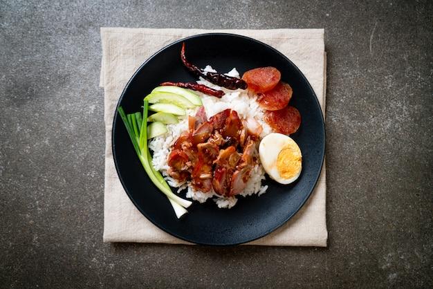 Czerwona wieprzowina z grilla w sosie na ryżu