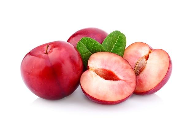 Czerwona wiśnia śliwka z liściem na białym tle na białej ścianie