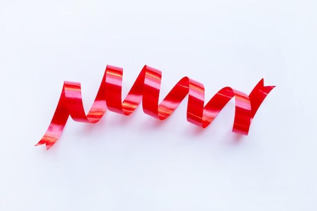 Czerwona wstążka na białym tle.