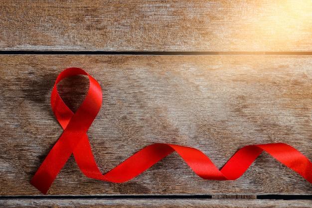 Czerwona wstążka symboliczny kolor dziobu podnoszący świadomość na temat osób żyjących z nowotworem rak piersi