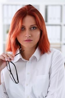 Czerwona z włosami biznesowa kobieta z szkłami