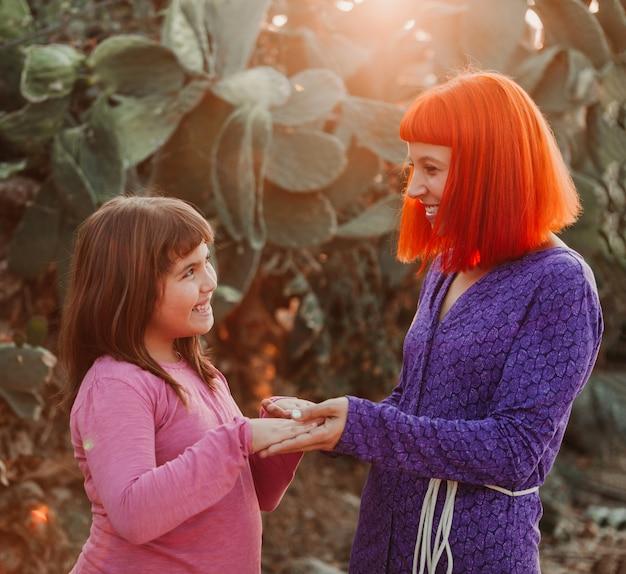 Czerwona z włosami mama i jej córka