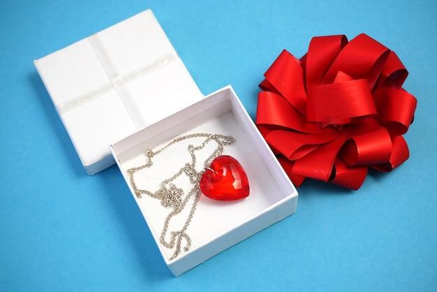 Czerwona zawieszka w kształcie serca w białym pudełku z kokardką