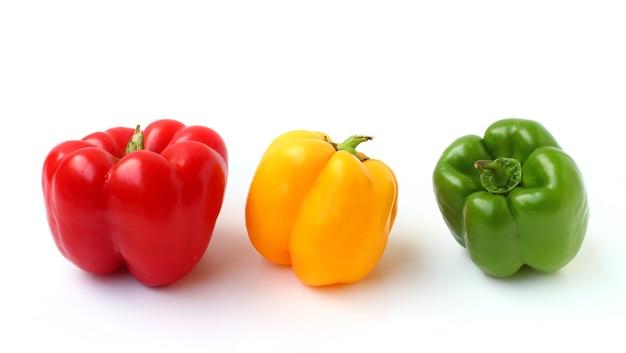Czerwona, żółta i zielona papryka słodka na białym tle