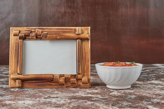 Czerwona zupa jarzynowa w białej filiżance