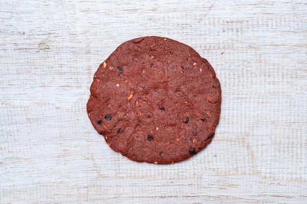 Czerwone aksamitne ciasteczka, maślane ciasteczka na białym drewnianym