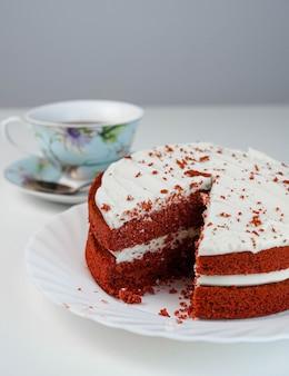 Czerwone aksamitne ciasto kakaowo-serowe gotowe do podania i jedzenia