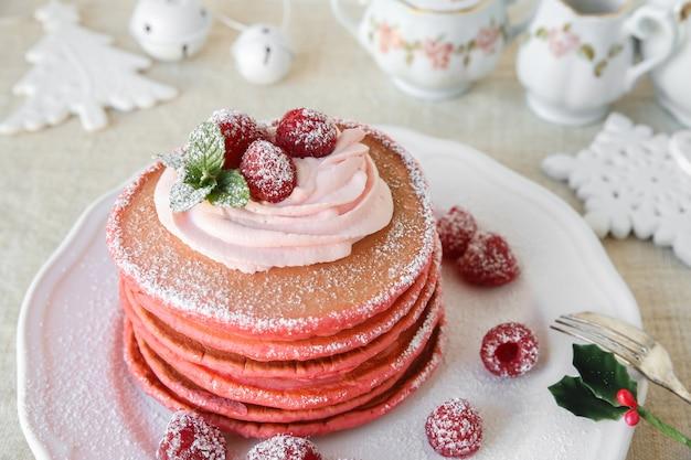 Czerwone aksamitne naleśniki śniadanie świąteczne dekoracje