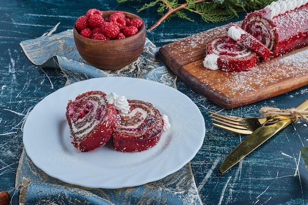 Czerwone aksamitne plastry ciasta w białym talerzu.