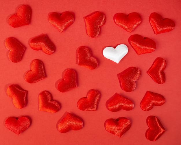 Czerwone, białe jasne serca na czerwono