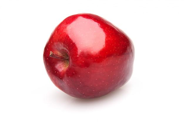 Czerwone błyszczące jabłko na białym tle