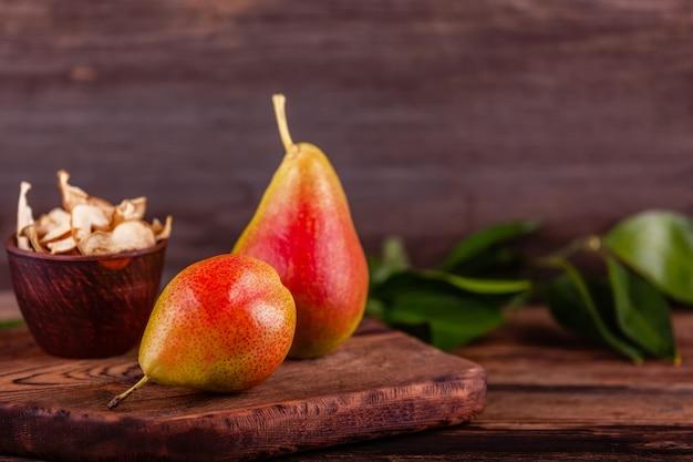 Czerwone bonkrety z domowej roboty wysuszonymi owoc w filiżance na drewnianym tle, weganinu jedzenie