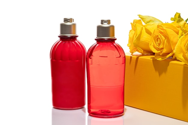Czerwone butelki na żel pod prysznic i krem na białym