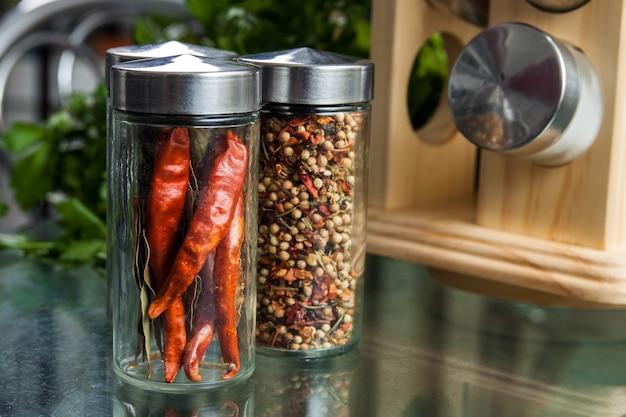 Czerwone chili i słodka papryka. suszone przyprawy