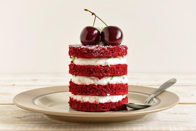Czerwone ciasto z wiśnią
