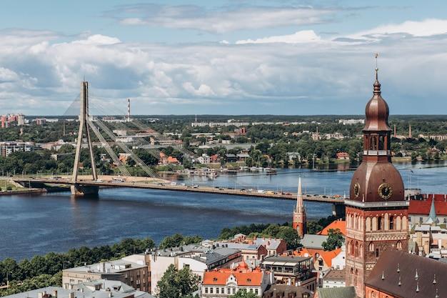 Czerwone dachy starej rygi. riga gród w słoneczny letni dzień. widok z lotu ptaka na stare miasto z katedry w kopule i dźwiny w rydze, łotwa