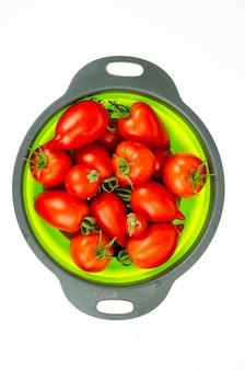 Czerwone, dojrzałe, owalne pomidory. zdjęcie studyjne.