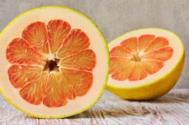 Czerwone dojrzałe owoce cytrusowe pomelo bliska, makro