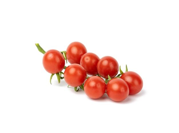 Czerwone dojrzałe pomidory na zielonej gałęzi na białym tle, zdrowe warzywa, zbliżenie