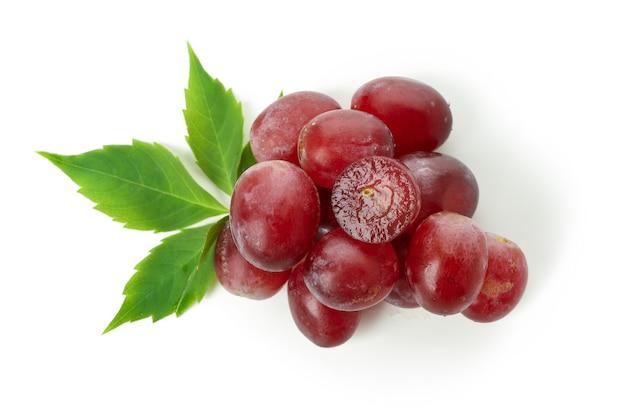 Czerwone dojrzałe winogrona na białym tle