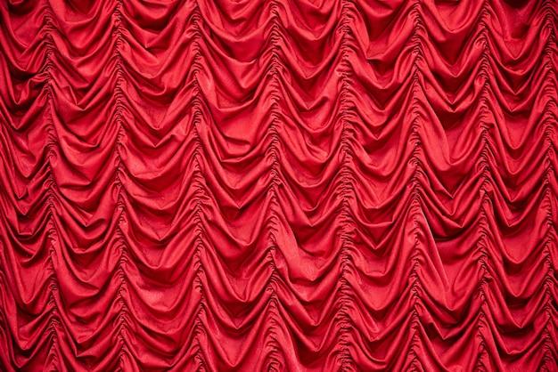 Czerwone drapowane zasłony