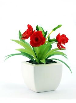 Czerwone Fałszywe Kwiaty W Wazonie Premium Zdjęcia