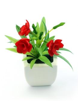 Czerwone fałszywe kwiaty w wazonie