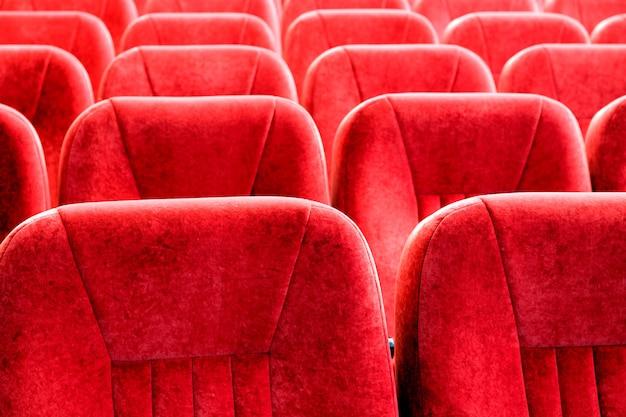 Czerwone fotele z bliska. krzesła w sali konferencyjnej. tło wzór.