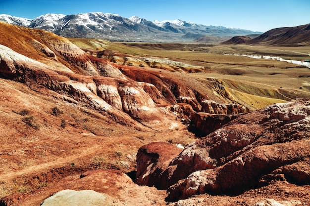 Czerwone góry z jasnymi przejściami kolorów w miejscu o nazwie mars 1 republika ałtaju