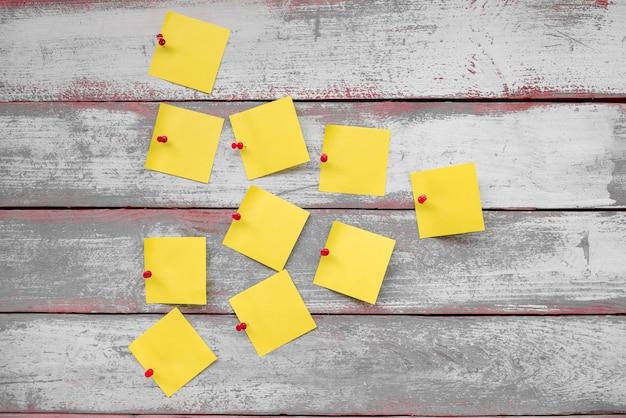 Czerwone guziki dołączone do żółtych nut