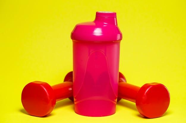 Czerwone hantle, różowy shaker, kolorowe tło, sport, napój energetyczny, wyposażenie siłowni gym